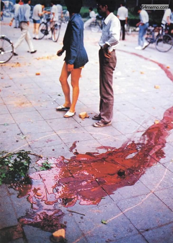 4 червня 1989 р. Вулиці Пекіна залиті кров'ю. Фото: 64memo.com
