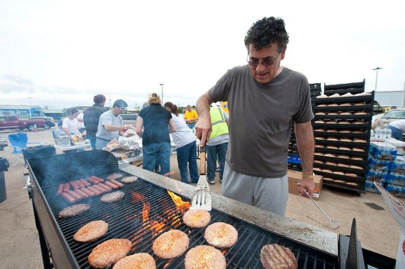 Гамбургеры для пострадавших от смерча. Фото: Julie Denesha/Getty Images
