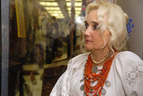 Дівчина в українському вбранні на вечорницях Варвари. Фото: Володимир Бородін/Велика Епоха