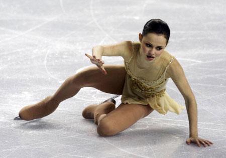 Саша Коэн поднимается после падения во время произвольной программы на чемпионате мира в Калгари (Канада) в 2006 г. Прыжки всегда были ее слабым местом. Фото: Harry How/Getty Images