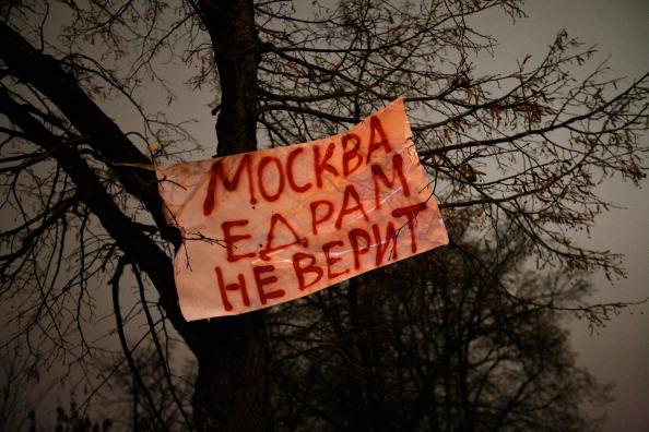 Плакат с надписью «Москва не верит Единой России» висит на дереве на Болотной площади 10 декабря 2011 года в Москве, Россия. Фото: Harry Engels/Getty Images