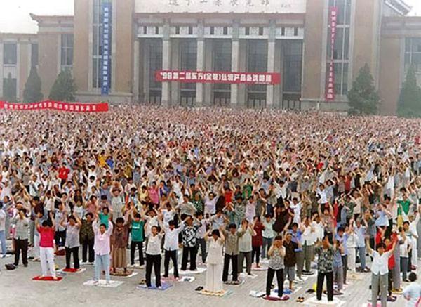 Май 1998 г., г.Шеньян провинции Ляонин. Коллективная практика последователей Фалуньгун. Фото с minghui.org