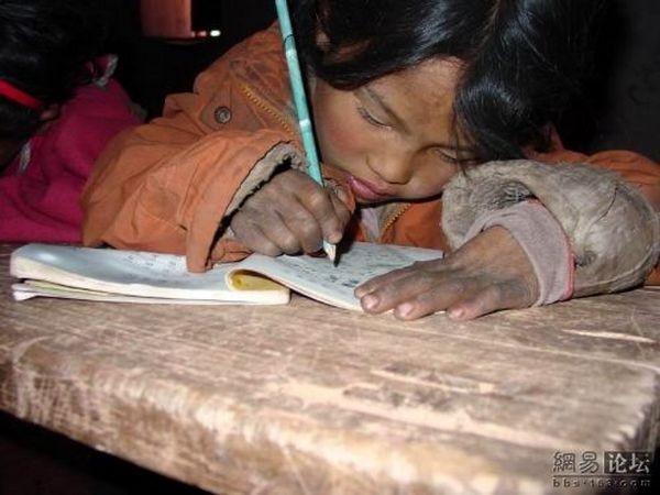 Бідні райони провінції Сичуань. На уроках у школі. Фото: aboluowang.com
