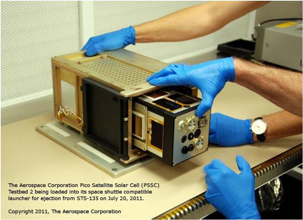 Супутник PicoSat у контейнері. Був запущений у космос із вантажного відсіку шатла «Атлантіс» 19 липня. Фото: nasa.gov