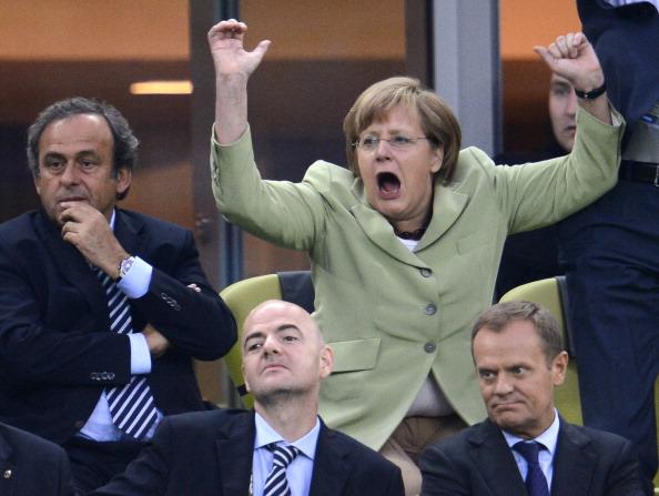Канцлер Германии Ангела Меркель празднует забитый гол сборной Германии в ворота сборной Греции 22 июня 2012 года, Польша. Фото: FABRICE COFFRINI/AFP/Getty Images