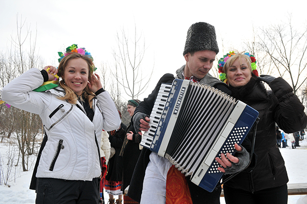 Дівчата біля гармоніста на святкуванні Колодія в Мамаєвій слободі. Фото: Володимир Бородін / The Epoch Times Україна