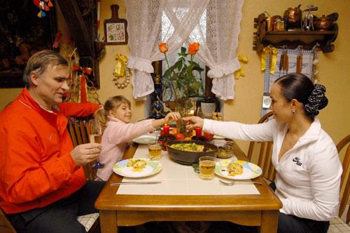 Стелла Захарова, муж Виктор Хлус и дочка Кристина собираются попробовать овощной пай, приготовленный Стеллой. Фото: Владимир Бородин/Великая Епоха