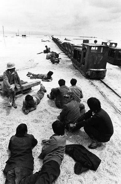 Сборщики соли отдыхают. Провинция Цинхай. 1996 год. Фото: Zhou Qinhui
