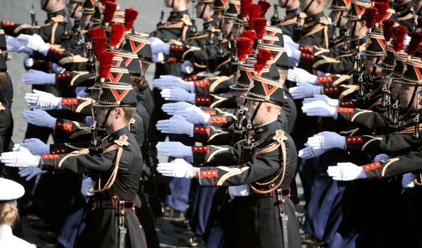 Французские солдаты Республиканской гвардии пехотного полка маршем прошли по Елисейским полям во время ежегодного дня взятия Бастилии. Парад в Париже 14 июля 2011 года. Фото: Getty Images