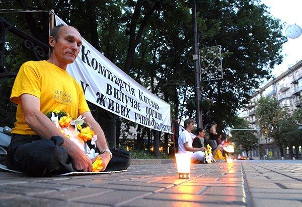 Мирная акция со свечами напротив посольства КНР в память погибших последователей Фалуньгун в Китае. Киев. Фото: falundafa.org.ua