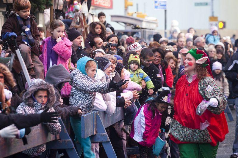 Зрители на 7-й авеню в День благодарения смотрят парад Macy's. 24 ноября 2011 года в Нью-Йорке. Фото: Michael Nagle/Getty Images