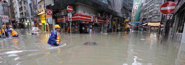 4-х часовый ливень в Гонконге затопил многие районы города. Фото: MIKE CLARKE/AFP/Getty Images