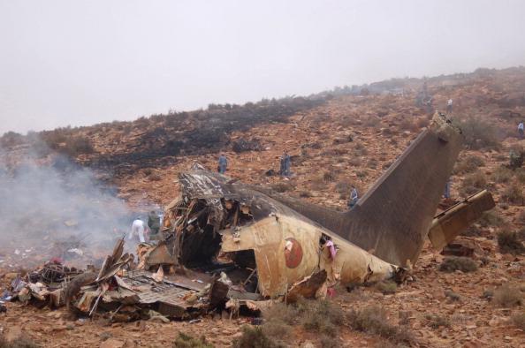 Вид на уламки військово-транспортного літака в результаті аварії на півдні Марокко 26 липня 2011. Військово-транспортний літак врізався в гору, в погану погоду на півдні Марокко сьогодні. Загинули всі 80 осіб, що знаходилися на борту літака. Фото: Getty I