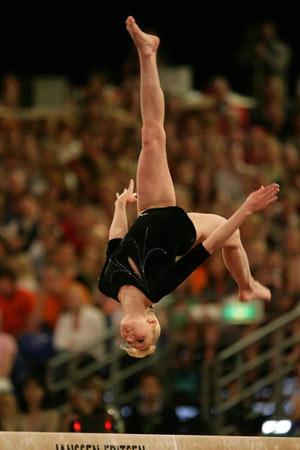 Амстердам, НІДЕРЛАНДИ: Yulia Lozhencko з Росії виступає під час чемпіонату Європи із спортивної гімнастики . Фото ARIS MESSINIS/AFP/Getty Images