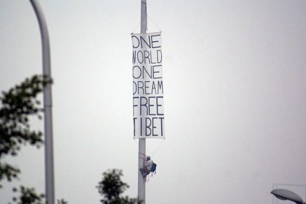 Транспарант із написом «Тибет буде вільний» з'явився біля головного олімпійського стадіону в Пекіні за два дні до початку Олімпіади. Фото: AFP