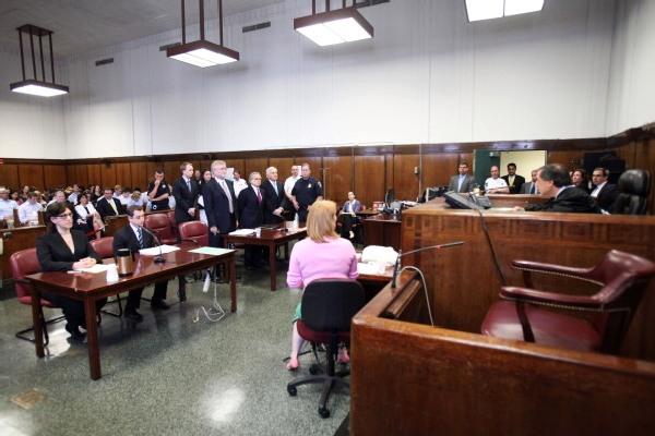Экс-глава Международного валютного фонда Доминик Стросс-Кан и его жена Энн Синклер на слушании в Манхэттенском суде штата Нью-Йорк 1 июля 2011 г. Фото: Daniel Barry/Getty Images