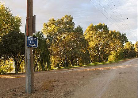 Табличка досі на місці: 'Туалет - один метр'. Фото: Сергій Ханцис
