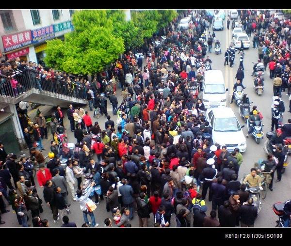 В Сычуани произошел массовый протест против насилия городских контролеров. Фото: Еpochtimes.com