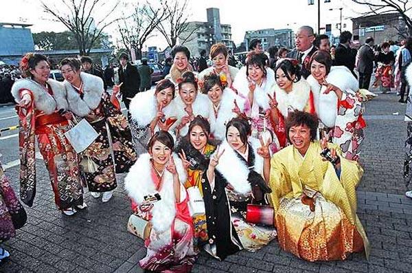 Японские девушки в традиционных кимоно во время «ритуала совершеннолетия». Фото с renminbao.com
