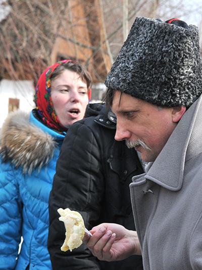 Чоловік з вареником на святкуванні Колодія в Мамаєвій слободі. Фото: Володимир Бородін / The Epoch Times Україна
