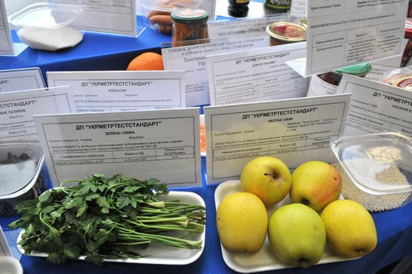 Неякісні фрукти і овочі. Фото: Володимир Бородін / The Epoch Times Україна