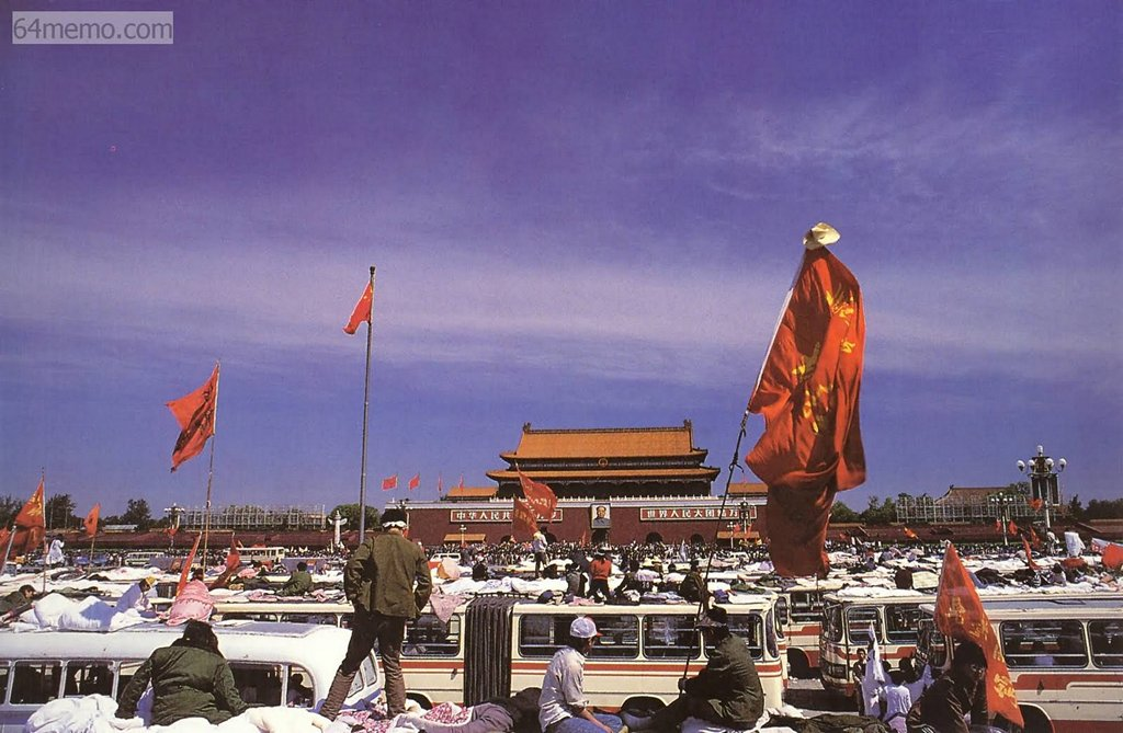 19 травня 1989 р. Студенти зайняли всю площу Тяньаньмень. Вони жили в автобусах, в наметах або просто просто неба. Фото: 64memo.com