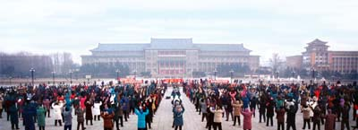 1 січня 1998 р., м. Чаньчунь провінції Цзілінь. Більше двох тисяч чоловік уранці виконують вправи Фалуньгун. Фото з minghui.org