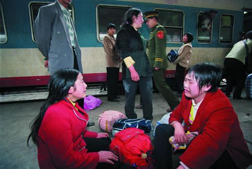 Три женщины, приезжавшие в город на заработки, не влезли в переполненный поезд. Фото с epochtimes.com