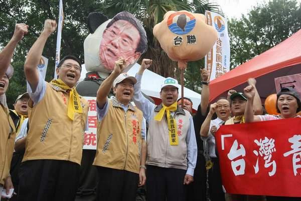 Надувная кукла с лицом Ченя Юньлиня и большой надувной кулак, на котором написано название одной из тайваньских партий. Фото: ЦАН