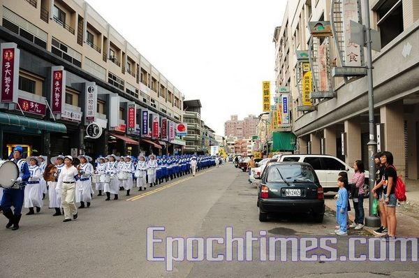 Шествие в поддержку 45 млн человек, вышедших из организаций китайской компартии. Город Тайчжун. 16 ноября. Фото: Тан Бин/ The Epoch Times