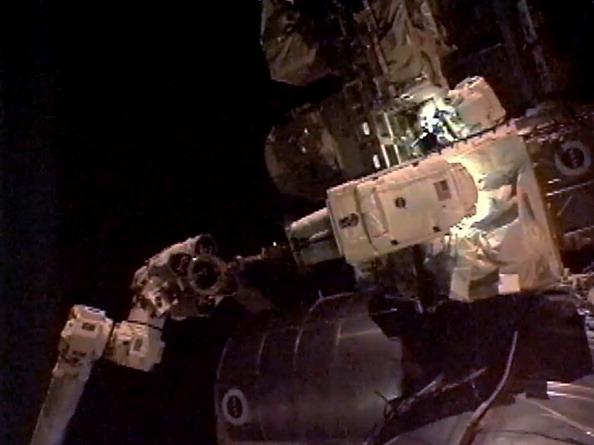 Астронавти Гаран і Фоссум витягують несправний насос системи охолодження з місця тимчасового зберігання на МКС. Фото: NASA via Getty Images