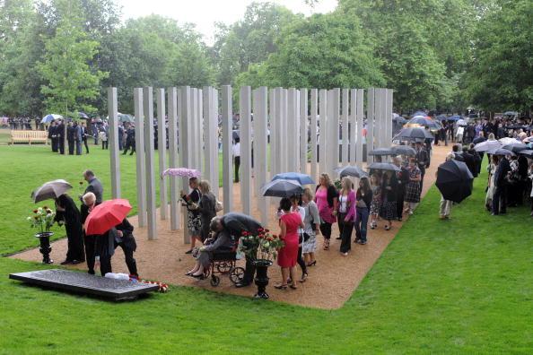 Друзья и родственники погибших среди колонн мемориала жертвам террористических атак в Лондоне в 2005 году, Гайд-парк, Лондон, 7 июля в 2009 г.