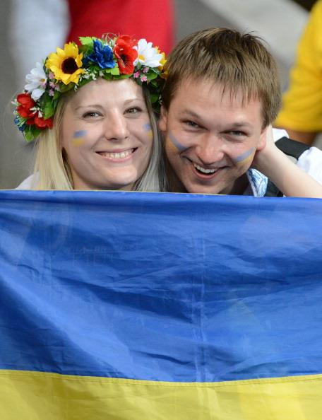 Украинская пара на матче Украина — Швеция 11 июня 2012 года на стадионе Олимпийский в Киеве. Фото: Damien MEYER / AFP / GettyImages