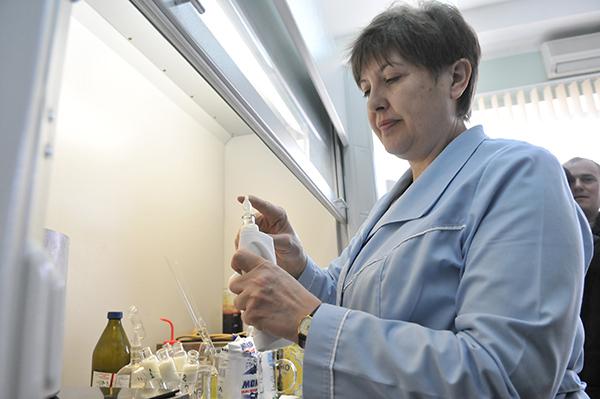 Лаборант ДП «Укрметртестстандарт» робить хімічний аналіз молока. Фото: Володимир Бородін / The Epoch Times Україна