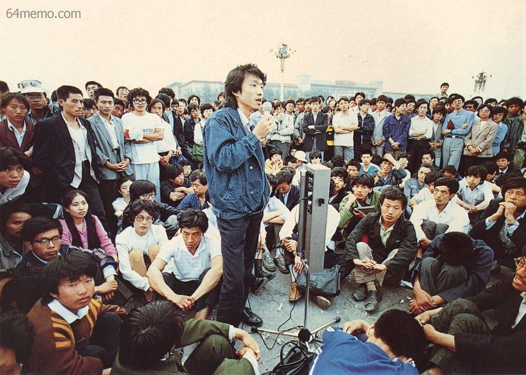 26 травня 1989 р. На площі студенти провели вільний форум, на якому також оголосили план їхніх акцій протесту. Фото: 64memo.com