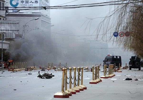 На улицах тибетской столицы г. Лхасы во время массовых протестов со стороны тибетских граждан. 14 марта. 2008 г. Фото: STR/AFP/Getty Images