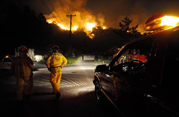 Пожежники Ерік Такер та Кевін Клас готуються виїхати після тушіння у Брісто Драйв в Ла Канада Флінтрідж, куди вони були відправлені 29 серпня 2009 з Лос-Анджелесу, Каліфорнія. Фото: Kevork Djansezian/Getty Images