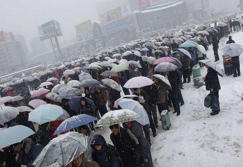 27 січня, вокзал м. Хефей. Люди вже довгий час чекають своїх потягів. Фото: AFP