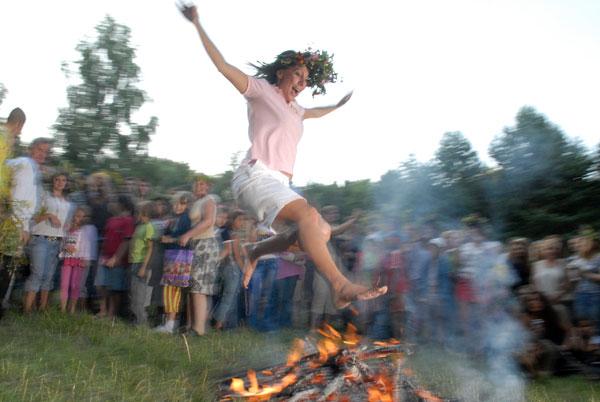 Традиційні стрибки через багаття. Фото: Володимир Бородін/The Epoch Times