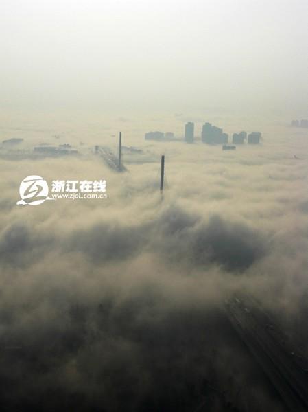 Густой туман окутал город Ханчжоу. Фото с epochtimes.com