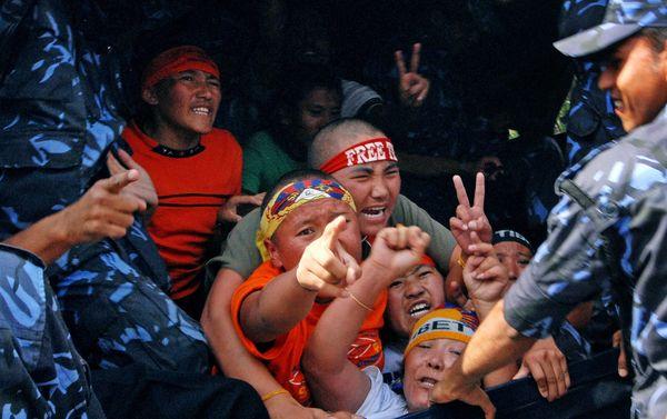 Поліція затримала більше 30 тибетських протестувальників, які зібрався біля будівлі консульства Китаю. Фото: PRAKASH MATHEMA/AFP/Getty Images