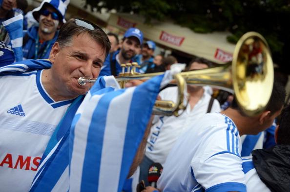 Фаны сборной греции 22 июня 2012 года в Гданьске, в преддверии четвертьфинального матча Греция — Германия. Фото: PATRIK STOLLARZ/AFP/Getty Images