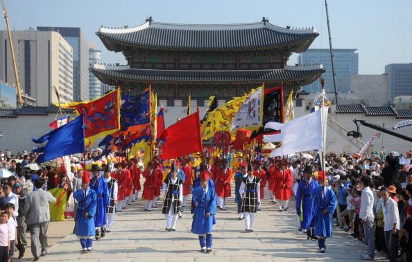 Торжественная церемония возле дворца Кёнбок в Сеуле. Фото: KIM JAE-HWAN/AFP/Getty Images