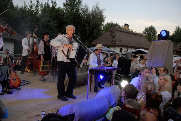 Олег Скрипка выступает на открытии центра украинской этнокультуры — казацкий поселок «Мамаева слобода». Фото: Владимир Бородин/The Epoch Times