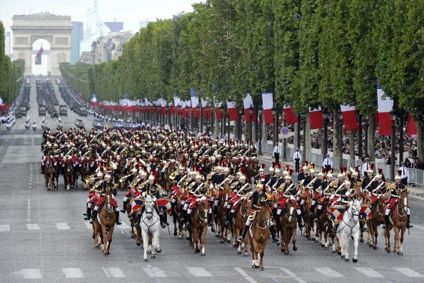 Конная армия французской Республиканской гвардии спускается с Триумфальной арки. Парад в Париже 14 июля 2011 года. Фото: Getty Images