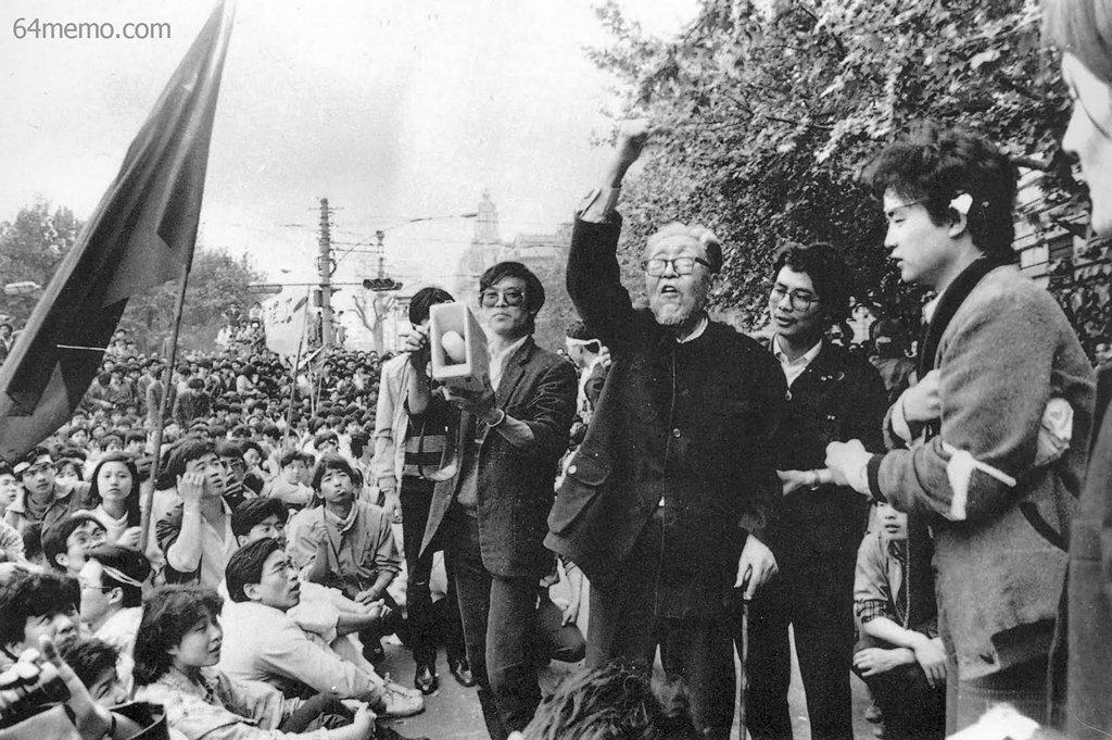 4 мая 1989 г. Профессор из Шанхая выражает свою поддержку студентам. Фото: 64memo.com
