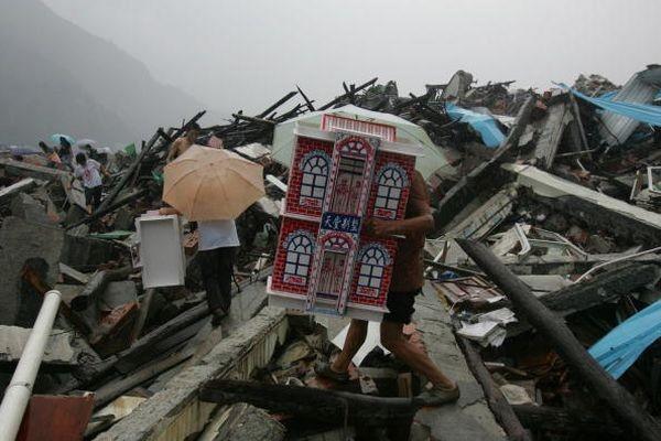 Численні родичі загиблих від землетрусу в провінції Сичуань рівно через 100 днів після трагедії вирушили в поетрпілі райони вшанувати пам'ять загиблих. Фото: China Photos/Getty Images