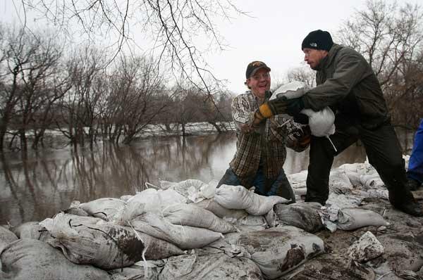 Добровольцы на реке Рэд Ривер Фото: Scott Olson/Getty Images