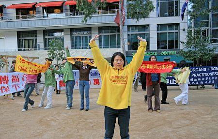 Летом 1999-го года началось общенациональная кампания подавления Фалуньгун. Развязавший это Цзян Цзэминь сказал тогда: «Я не верю, что КПК не победит Фалуньгун». Фото: Чэнь Мин/Великая Эпоха