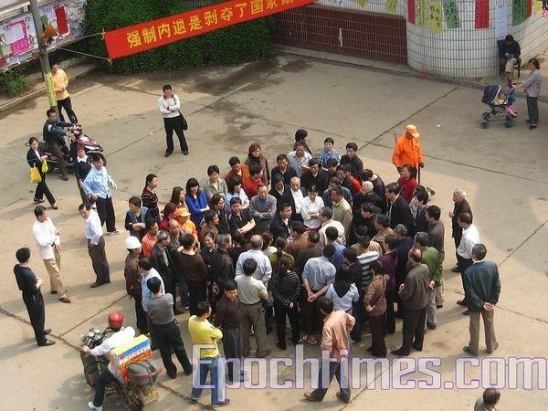 Третій день страйку робітників двох машинобудівних заводів провінції Хунань. Фото: The Epoch Times